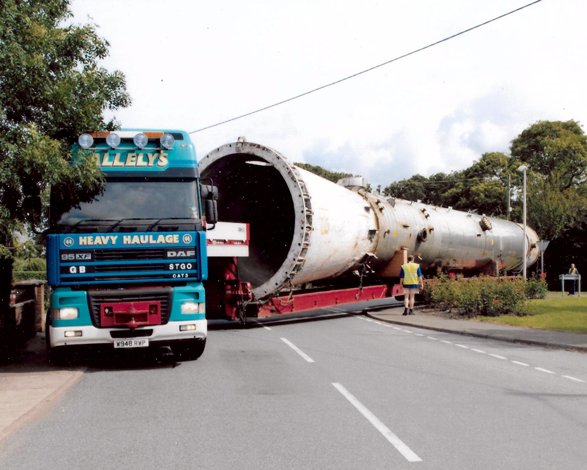 Heavy haulage pipe road moving