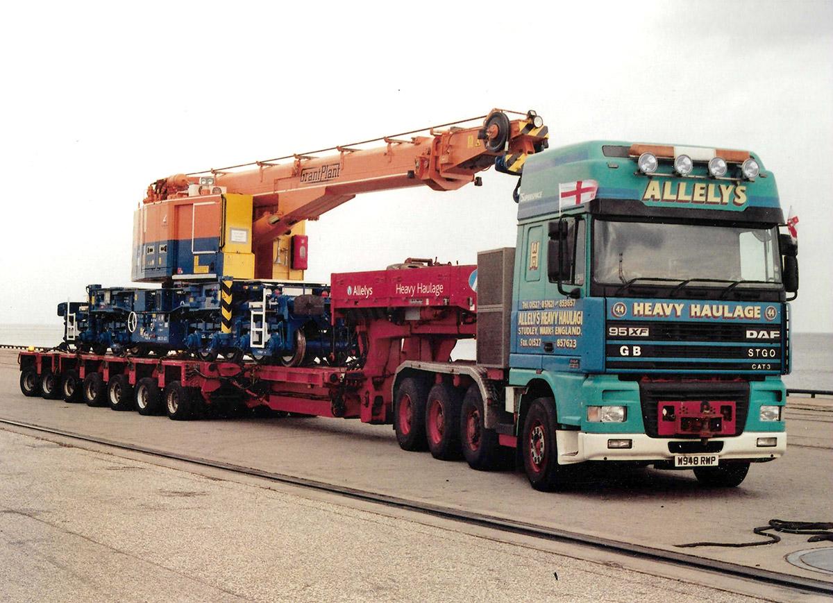 Heavy haulage crane moving
